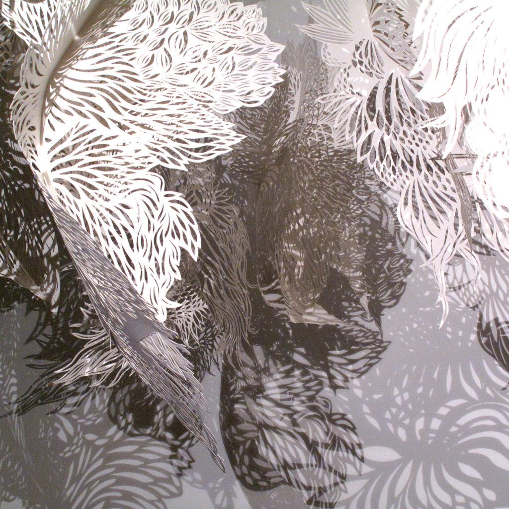 Installation composée de 7 éléments mobiles en papier découpé