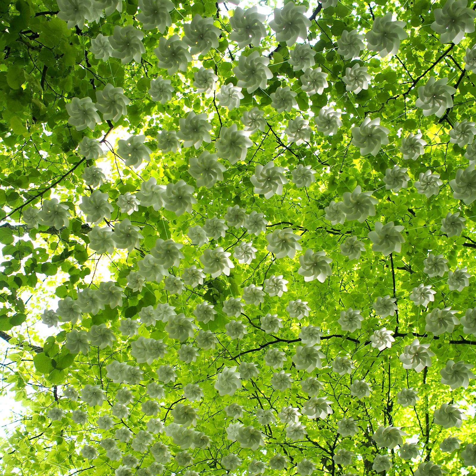 un plafond d'hélices comme un ciel de papier blanc