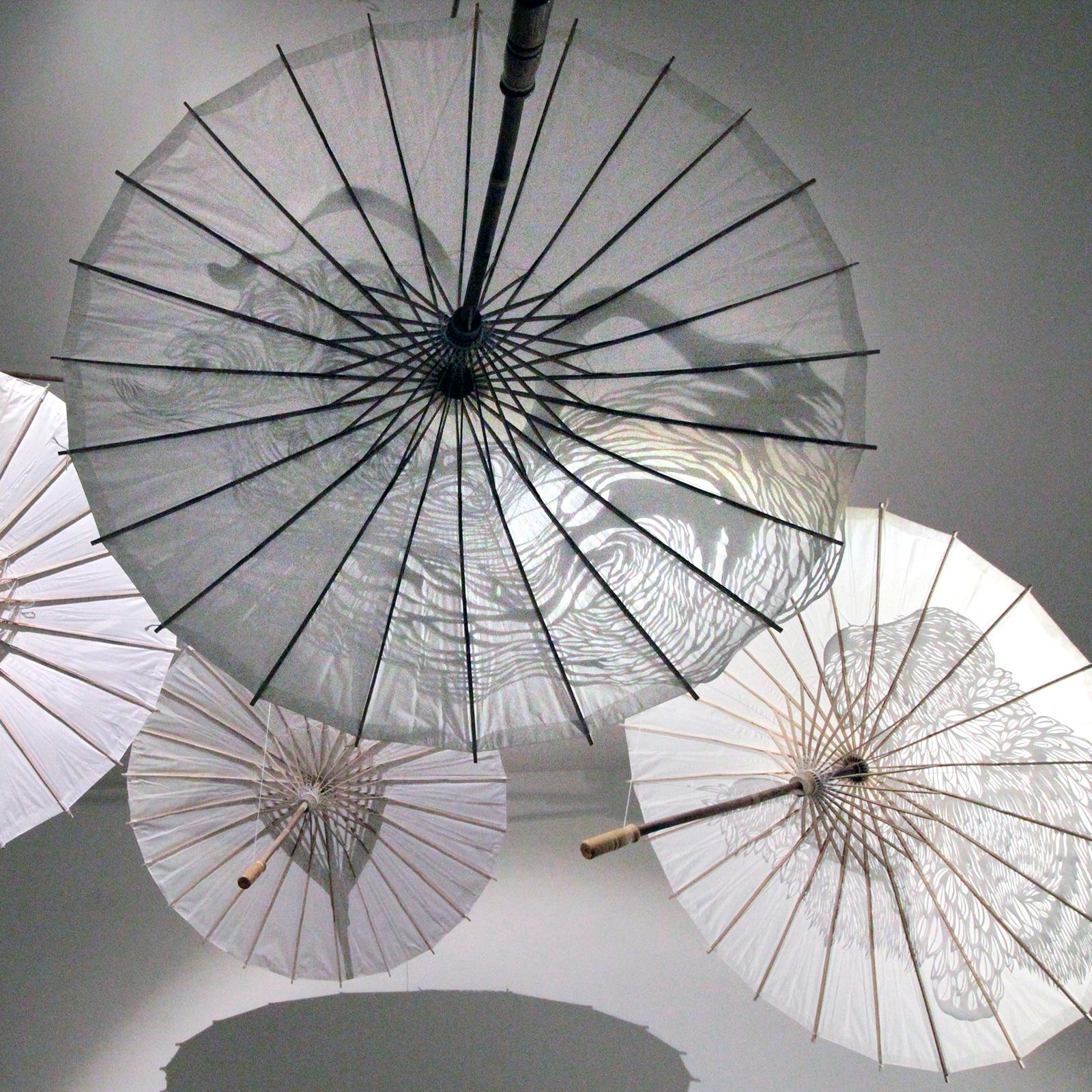 """Installation, mobile fait de quatre ombrelles de papier et leurs découpages """"aigle"""", """"tigre"""",  """"gorille"""",  """"dragon"""""""