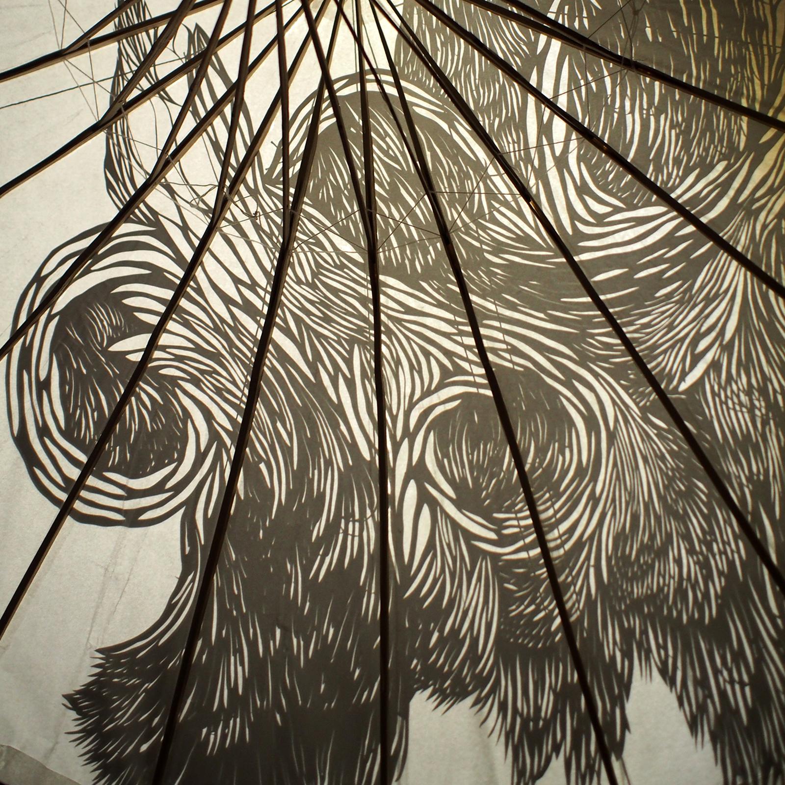 """Découpage """"pelage du gorille"""" motif force et poil appliqué sur ombrelle de papier"""