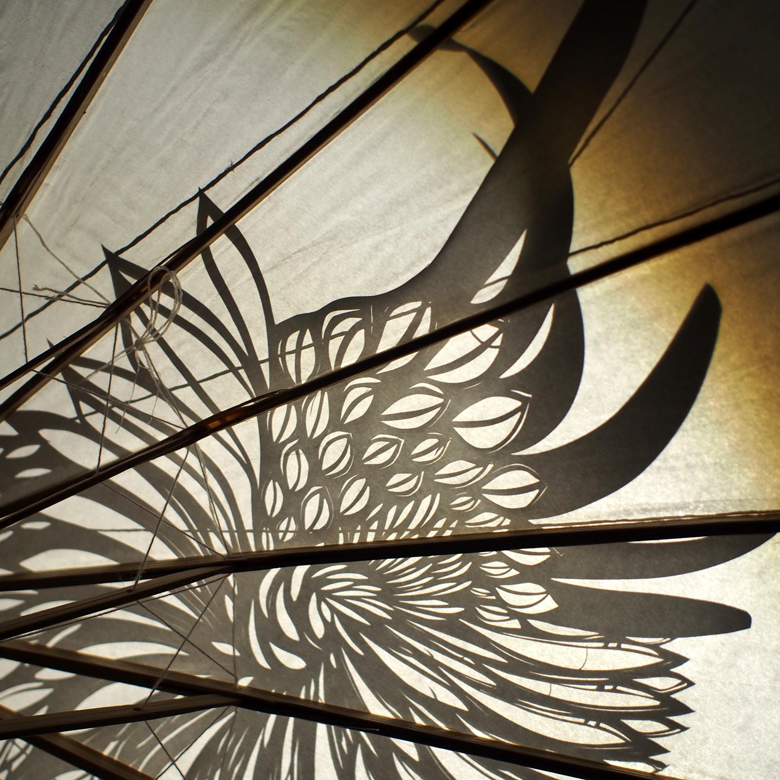 """Détail d'un découpage """"aile d'aigle"""" appliqué sur ombrelle de papier"""